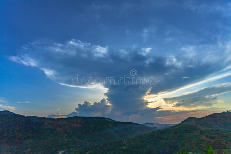 Härligt moln på solnedgången arkivfoton