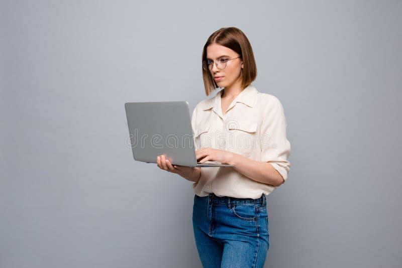 Härligt nätt för nära övre foto henne hennes anteckningsbok för armar för affärsdamhänder att skriva nytt krimskrams för avläsard royaltyfria foton