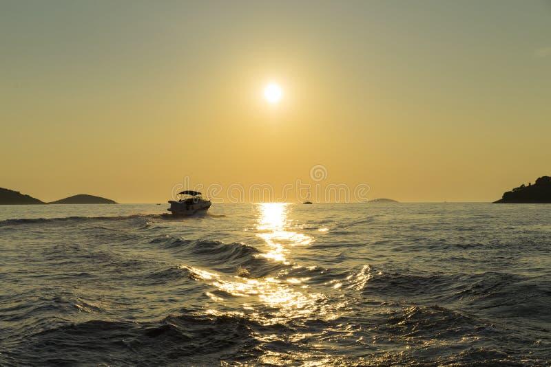 Härligt natur- och landskapfoto av fartyget i solnedgång på Adriatiskt havet i Kroatien arkivbilder