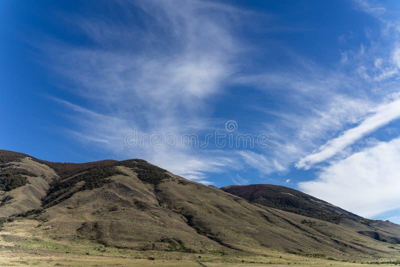 Härligt naturbergmaximum med molnet i höst, Torres del Paine nationalpark, södra Patagonia, Chile royaltyfri bild