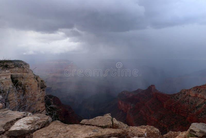 Härligt naturlandskap med regn i Grand Canyon Nationa royaltyfri foto