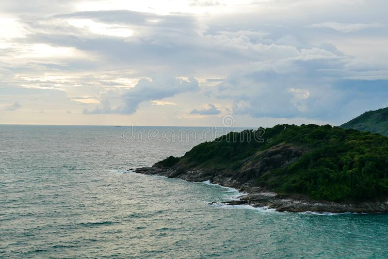 Härligt naturligt solnedgånglandskap av kusten och havet på punkten för bästa sikt av Promthep udde i Phuket, Thailand royaltyfria foton