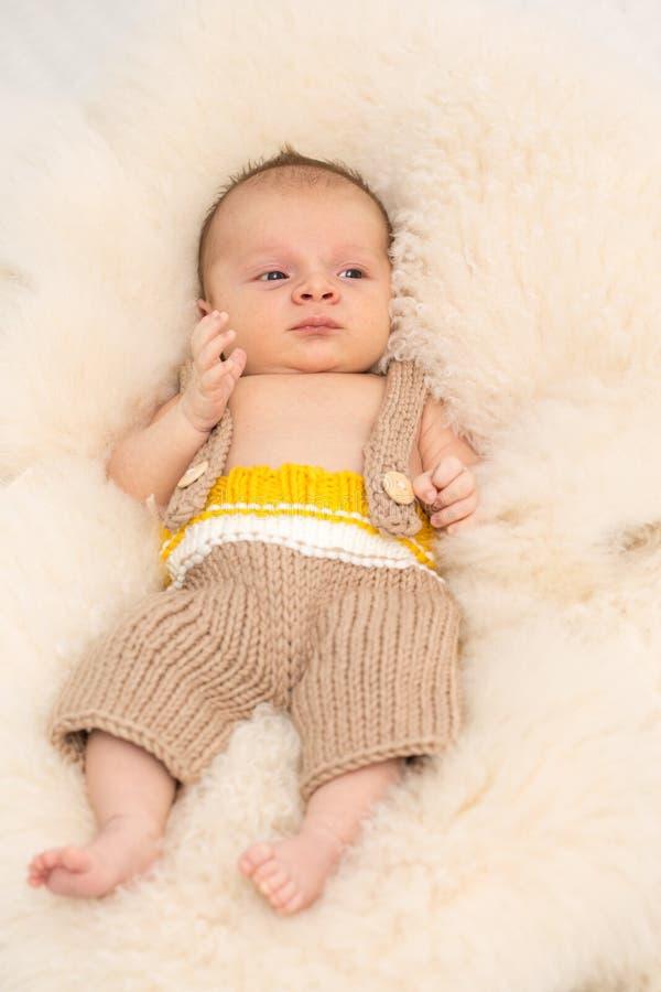 Härligt nyfött behandla som ett barn fotografering för bildbyråer