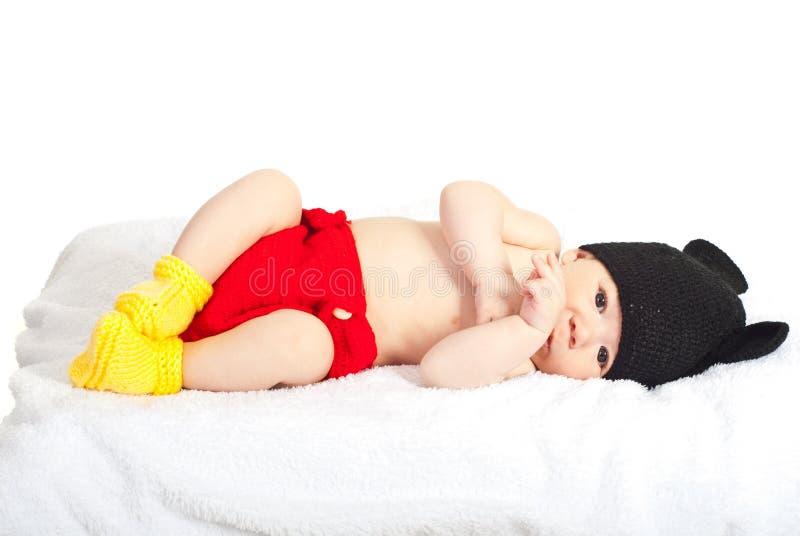 Härligt nyfött behandla som ett barn i dräkt royaltyfri bild
