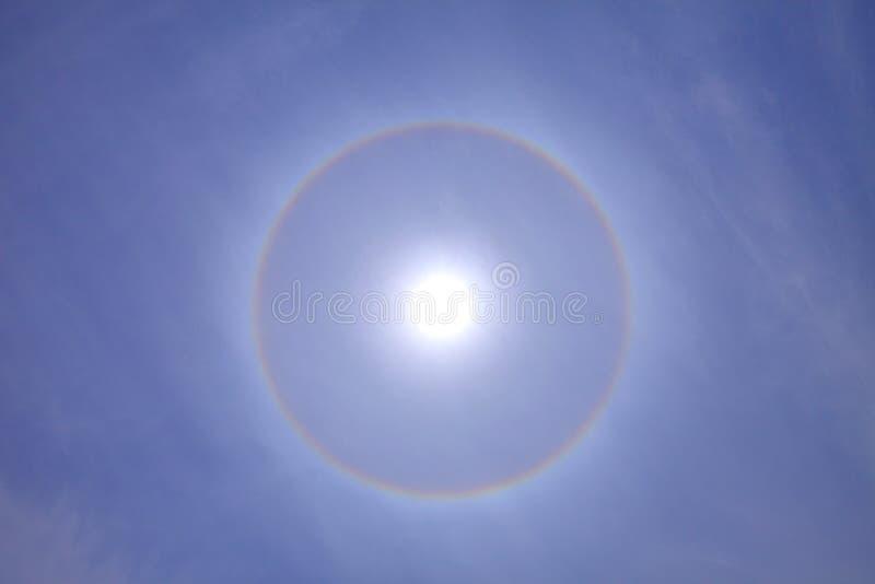 Härligt och bedöva solgloria med djupblå himmel på solig dag arkivbild