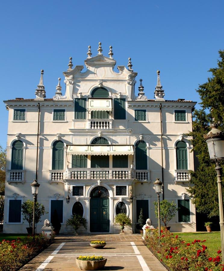 Härligt och elegant vitt solbelyst för villa som lokaliseras i vänstersidabanken av Brentaen i byn av Mira i landskapet av Venedi arkivfoton
