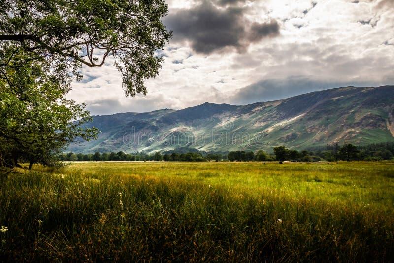 Härligt och fridfullt landskap av en molnig dag i sjöområdet i Cumbria, England royaltyfria foton
