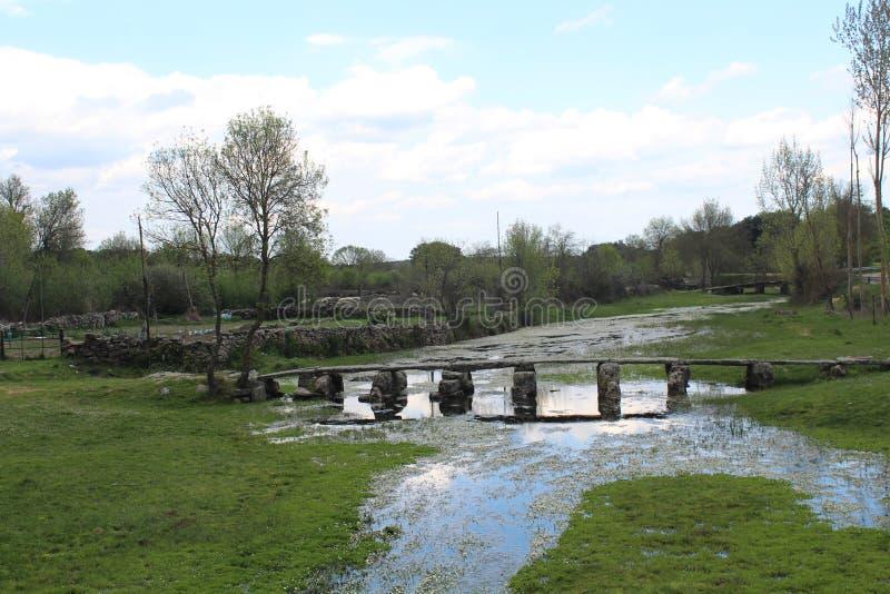 Härligt och gammalt stena den mycket gamla bron som låter oss passera floden arkivfoto