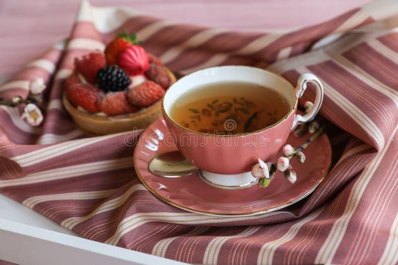 Härligt och läckert frukostbegrepp för te och för kaka arkivfoto