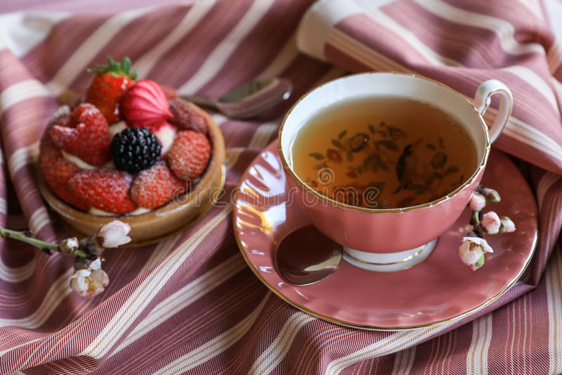 Härligt och läckert frukostbegrepp för te och för kaka royaltyfria bilder