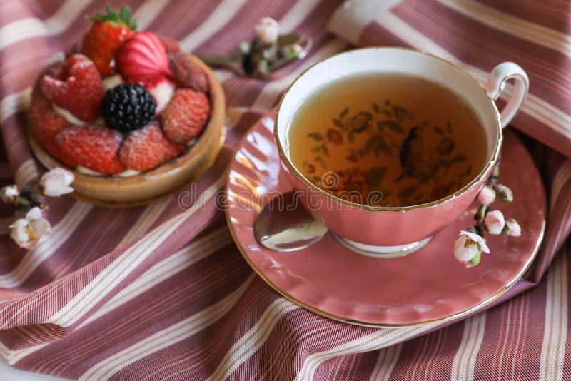Härligt och läckert frukostbegrepp för te och för kaka arkivbild