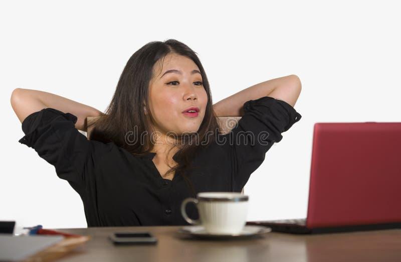Härligt och lyckligt asiatiskt koreanskt arbeta för affärskvinna kopplade av på företags le för företagsdatorskrivbord som var gl arkivfoto