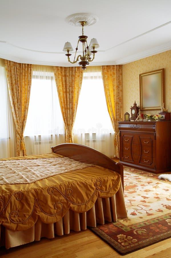 Härligt och modernt sovrum arkivbild