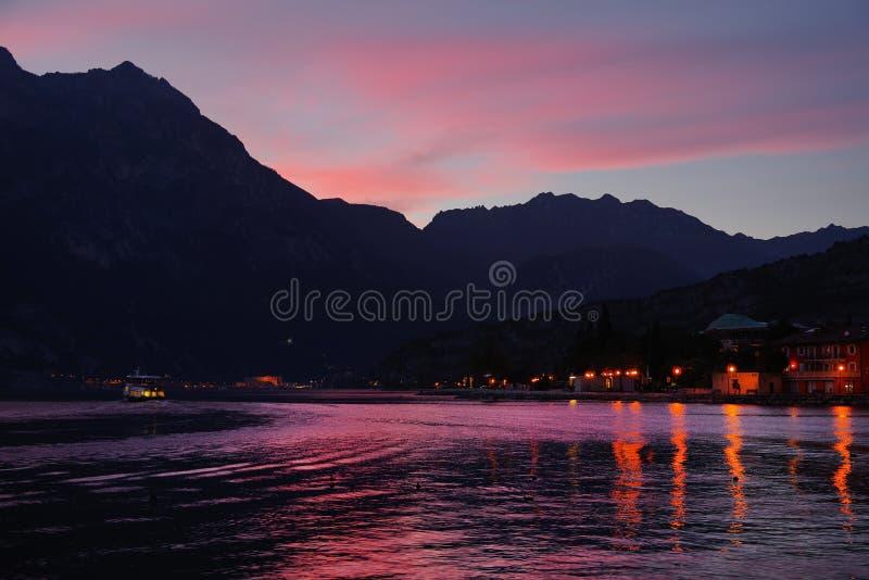 Härligt panorama- landskap av Torbole sul Garda på solnedgången royaltyfri foto