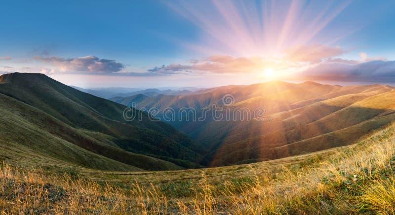 Härligt panorama- landskap i bergen på solsken arkivfoto