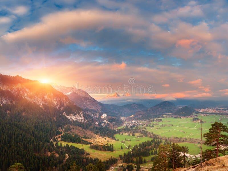 Härligt panorama- landskap med alpina berg och Neuschwa royaltyfri fotografi
