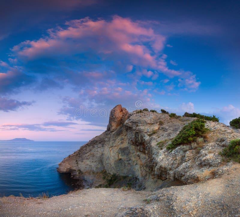 Härligt panorama- landskap med berg, hav på solnedgången arkivfoton