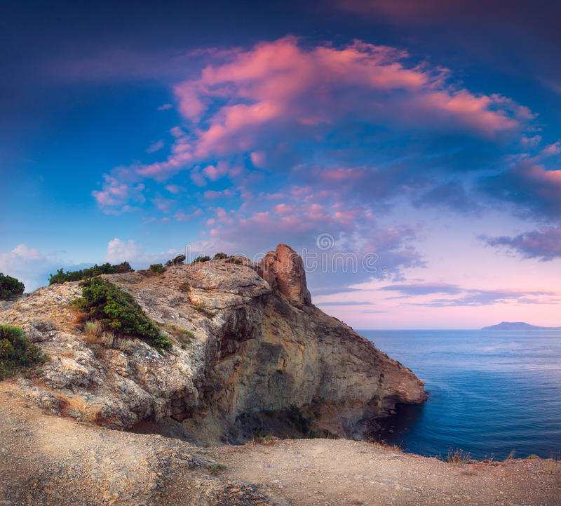 Härligt panorama- landskap med berg, hav på solnedgången royaltyfria foton