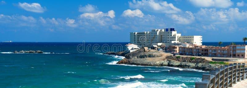 Härligt panorama- ljust landskap av La Manga del Mar Menor, sjösida spottad molnig fluffig himmel för medelhav royaltyfria bilder