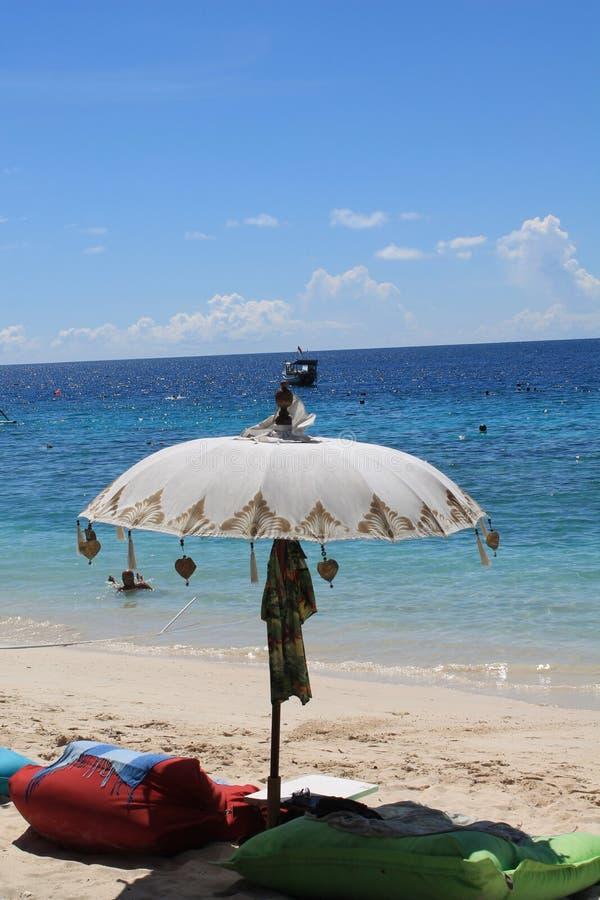 Härligt paraply, kudde på den Gili Trawangan stranden Lombok fotografering för bildbyråer