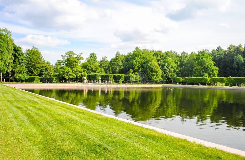 Härligt parkerar av Peterhof arkivbilder