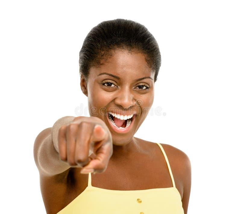 Härligt peka för afrikansk amerikankvinna som isoleras på vitbaksida royaltyfri bild