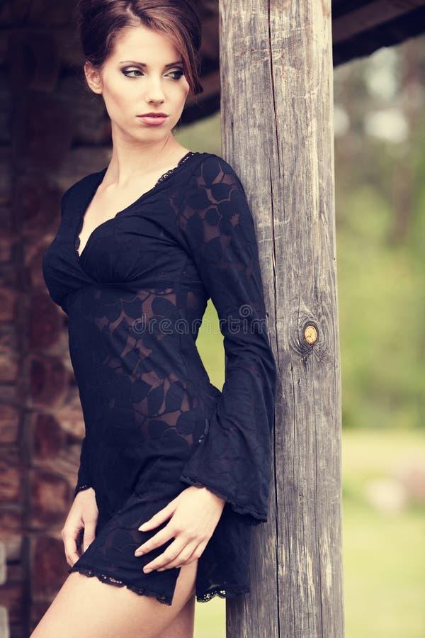 härligt posera för brunett royaltyfri foto