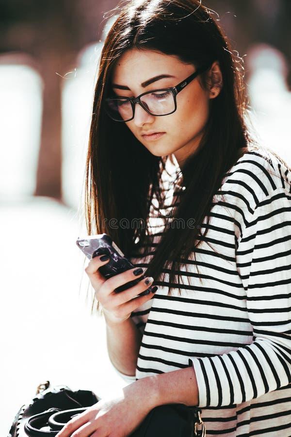 härligt posera för flicka arkivfoton