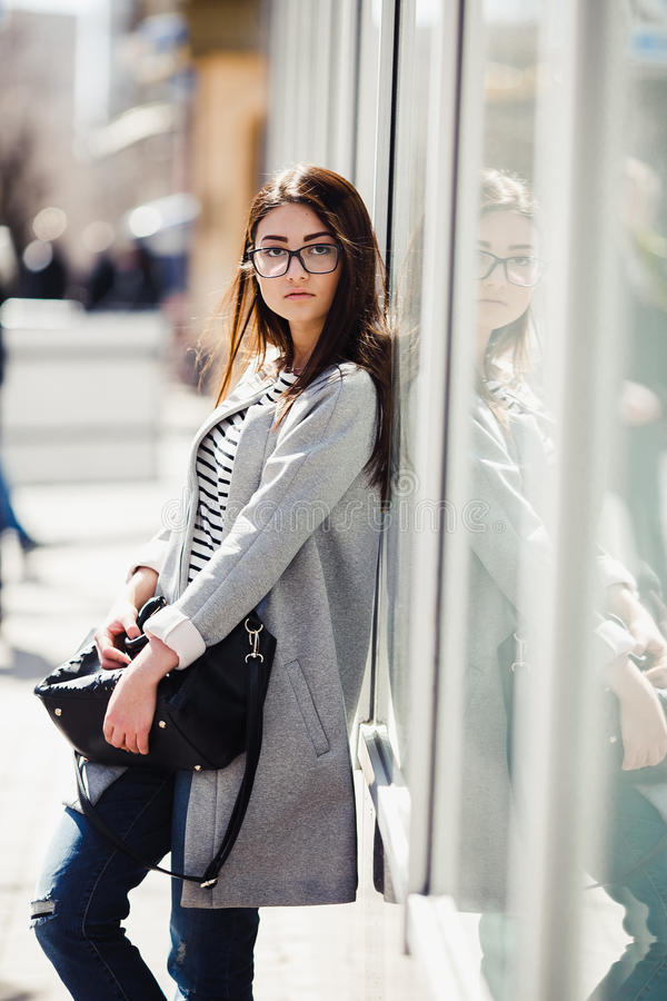 härligt posera för flicka arkivfoto
