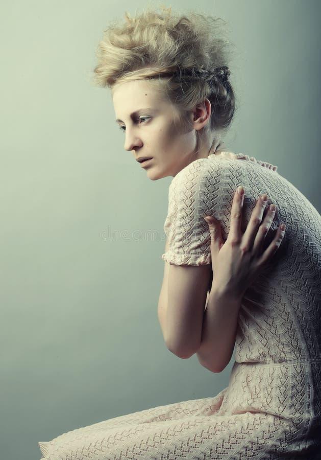 Härligt posera för kvinnligmodemodell fotografering för bildbyråer
