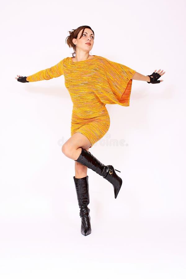 härligt posera för modemodell royaltyfri foto