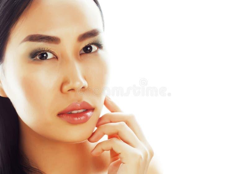 Härligt posera slut för ung nätt asiatisk kvinna som isoleras upp på vit bakgrund med copyspace, livsstilbrunnsortfolk arkivfoto