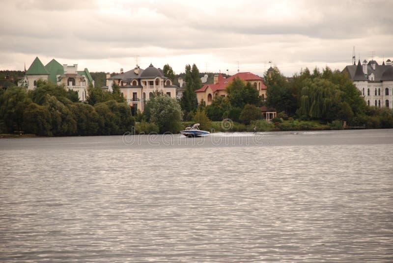 Härligt privat hem nära floden arkivfoton