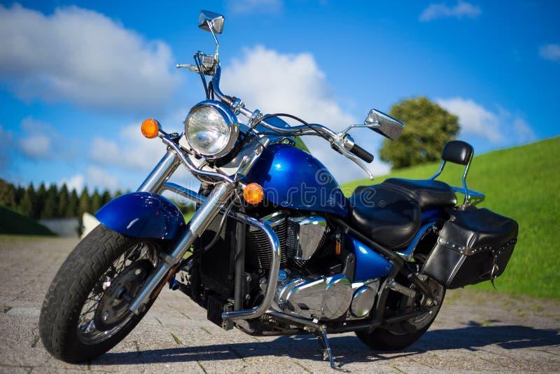 Härligt retro motorcykelanseende på vägen arkivfoto