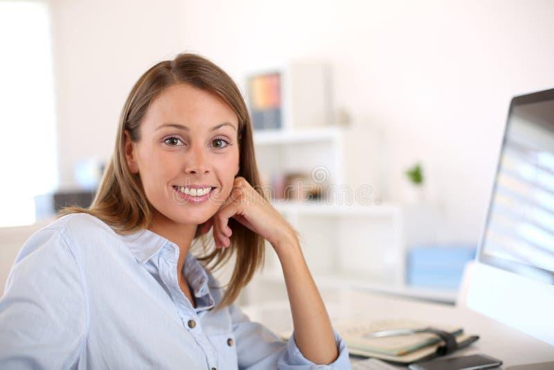 Härligt sammanträde för kontorsarbetare på skrivbordet royaltyfri fotografi