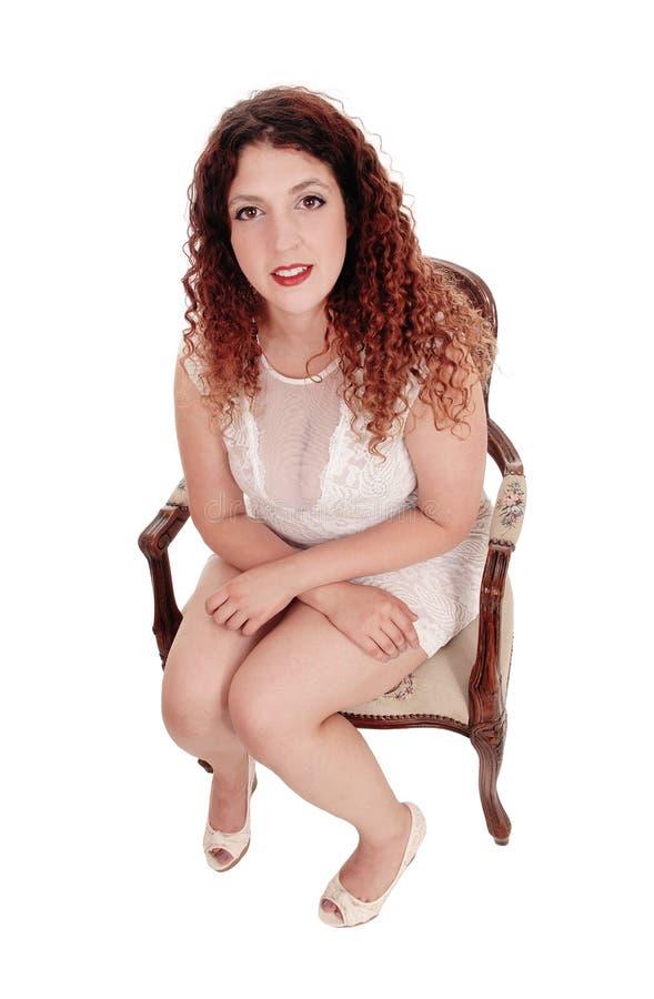 Härligt sammanträde för ung kvinna i stol arkivfoto