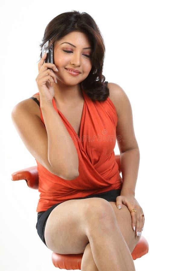 härligt samtal för cellflickatelefon royaltyfri fotografi