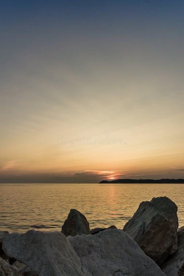 Härligt sceniskt av fastställd himmel för sol Soluppsättning eller sollöneförhöjning på stranden på sjösida royaltyfri bild