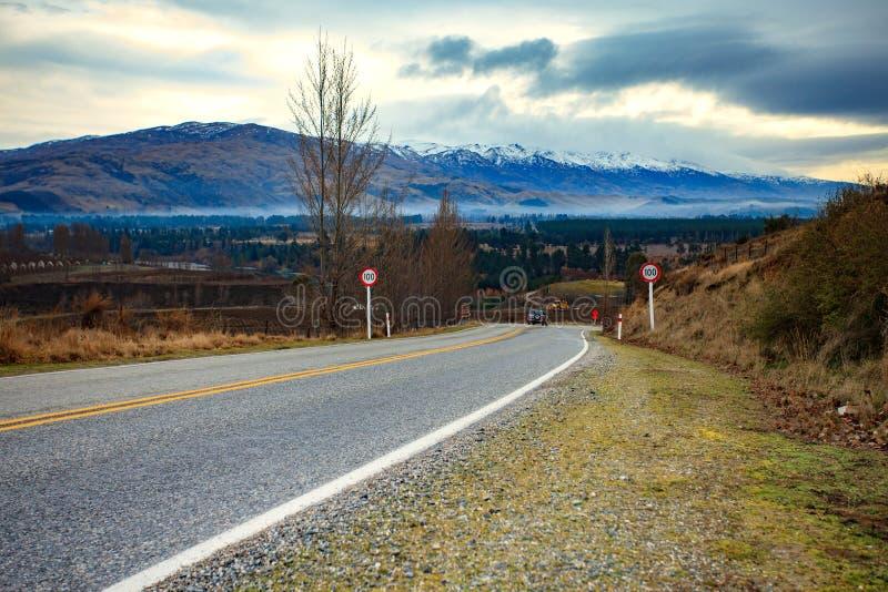 Härligt sceniskt av landsvägen i den södra ön Nya Zeeland royaltyfri fotografi