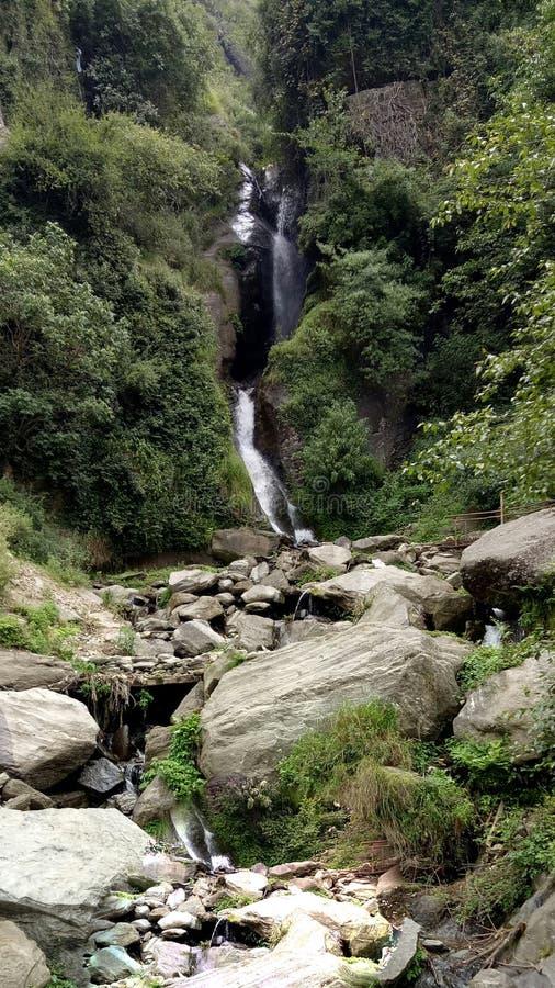 Härligt sceniskt beskådar av berget och vaggar royaltyfri foto