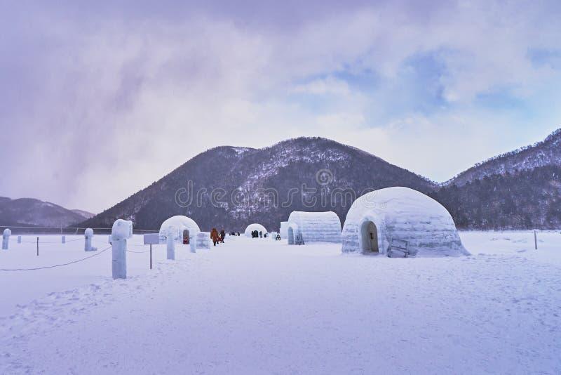 Härligt sceniskt i isiglooby på Shikaribetsu sjön royaltyfri foto