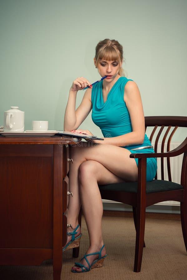 Härligt sexigt affärskvinnasammanträde på tabellen fotografering för bildbyråer