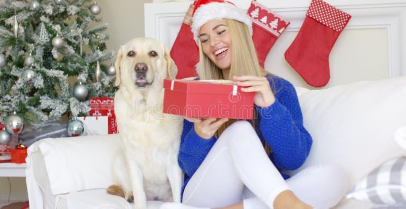 Härligt sexigt flickasammanträde på jultid på soffan royaltyfria foton