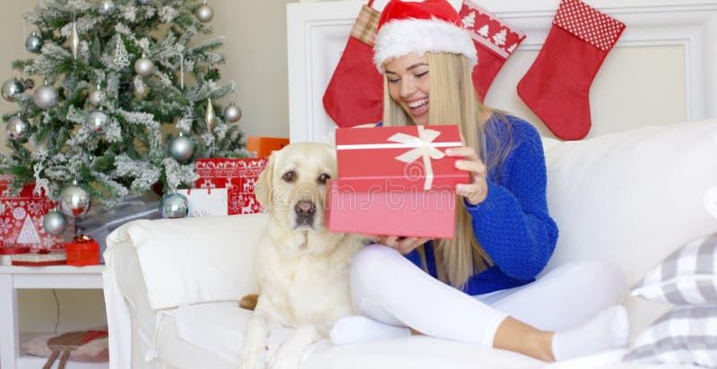 Härligt sexigt flickasammanträde på jultid på soffan arkivfoto