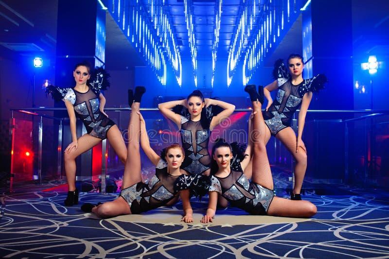 Härligt sexigt gå-går dansareflickor som poserar på nattklubben arkivfoto