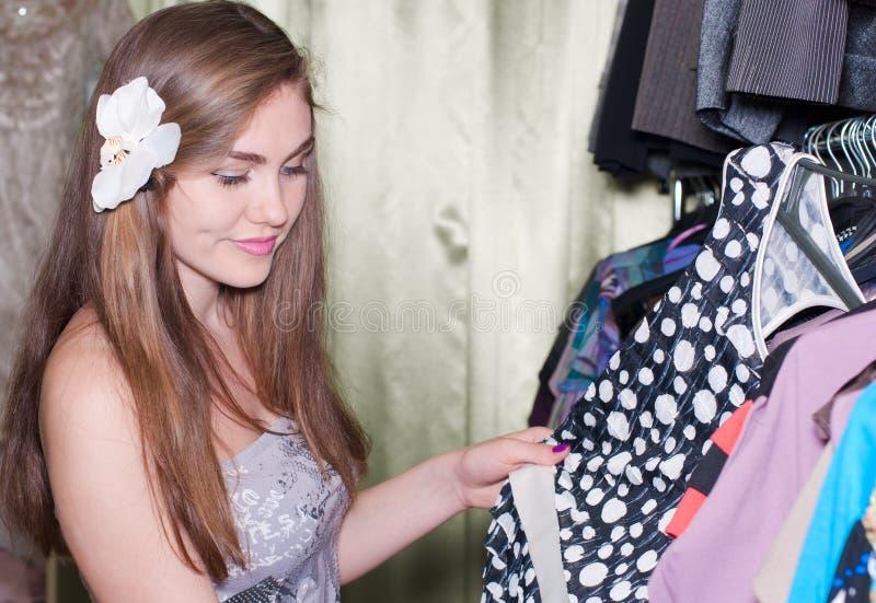 härligt shoppa barn för shoppingtidkvinnan fotografering för bildbyråer