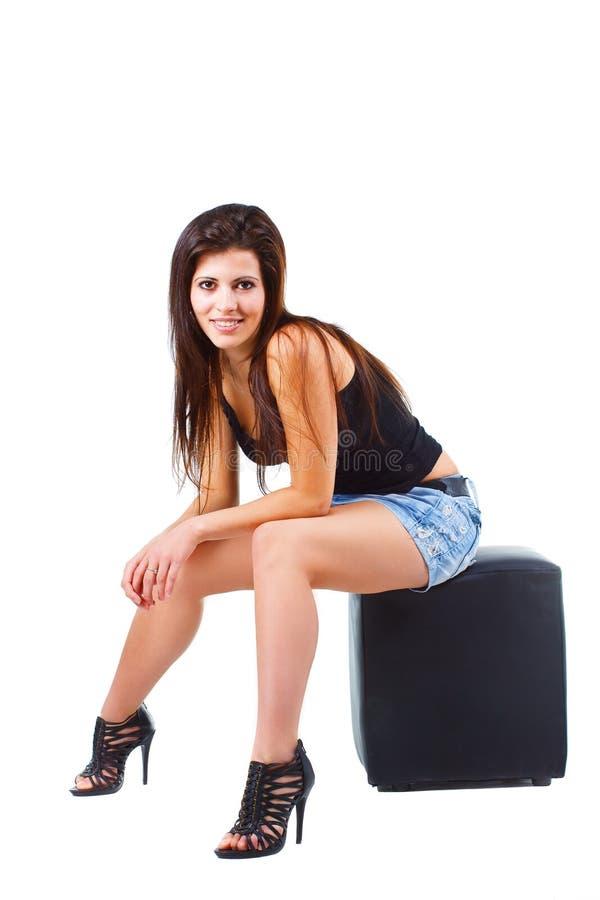 härligt sittande stolkvinnabarn arkivfoto