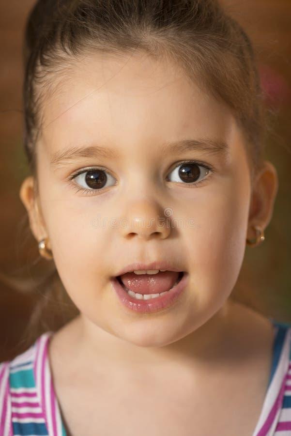 Härligt sjunga för liten flicka arkivbild
