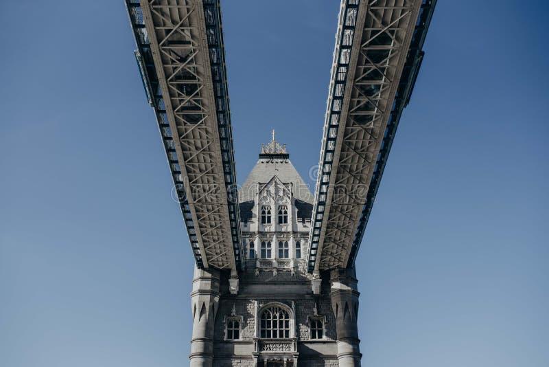 Härligt skott av den London bron underifrån royaltyfri foto