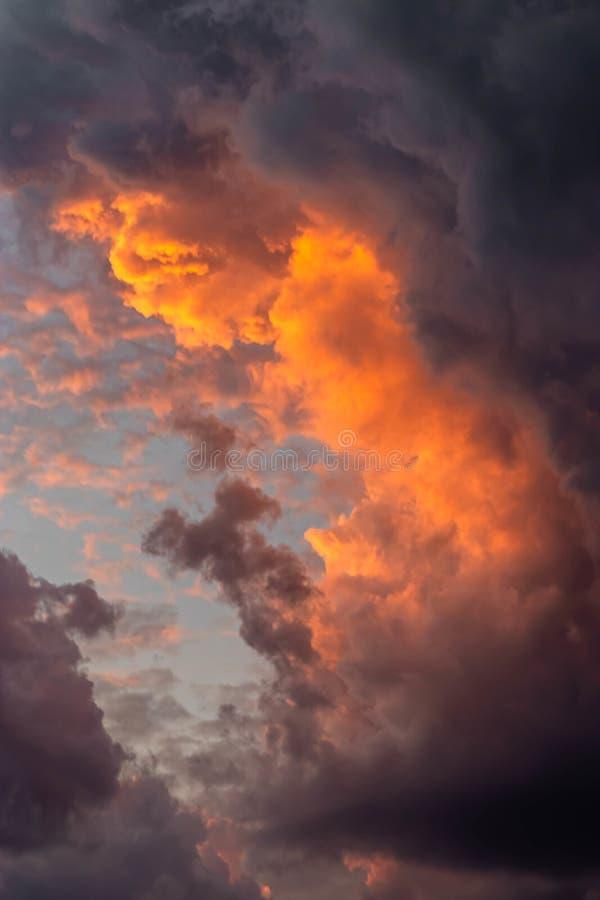 Härligt skott av hisnande moln i himlen som tillsammans blandar arkivfoto